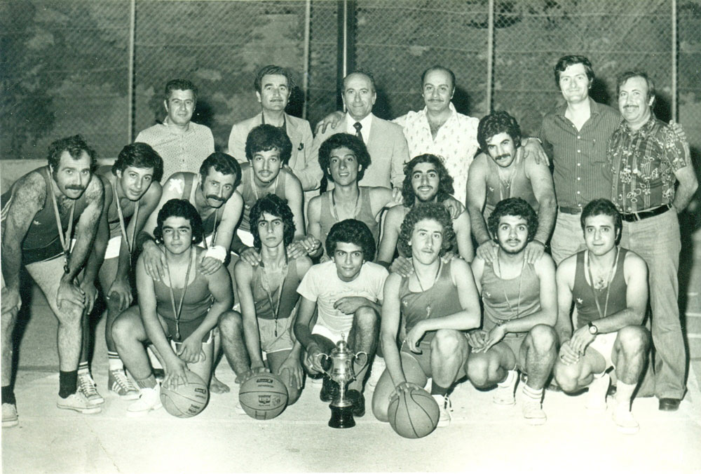 ՀՄԸՄ Ամմանի կողովագնդակի Յորդանանի 1977-ի ախոյեան խումբը եւ վարչականներ: Ետեւի շարքը ձախէն աջ ատենապետներ Էլի Պեննէեան եւ Ճորճ Տագեսեան, Ժաք Պոյաճեան մարզիչ (քոչ), Ճորճ Աւագեան, Յարութ Չեքիճեան (երիտասարդական) եւ Արշակ Դաւիթեան: